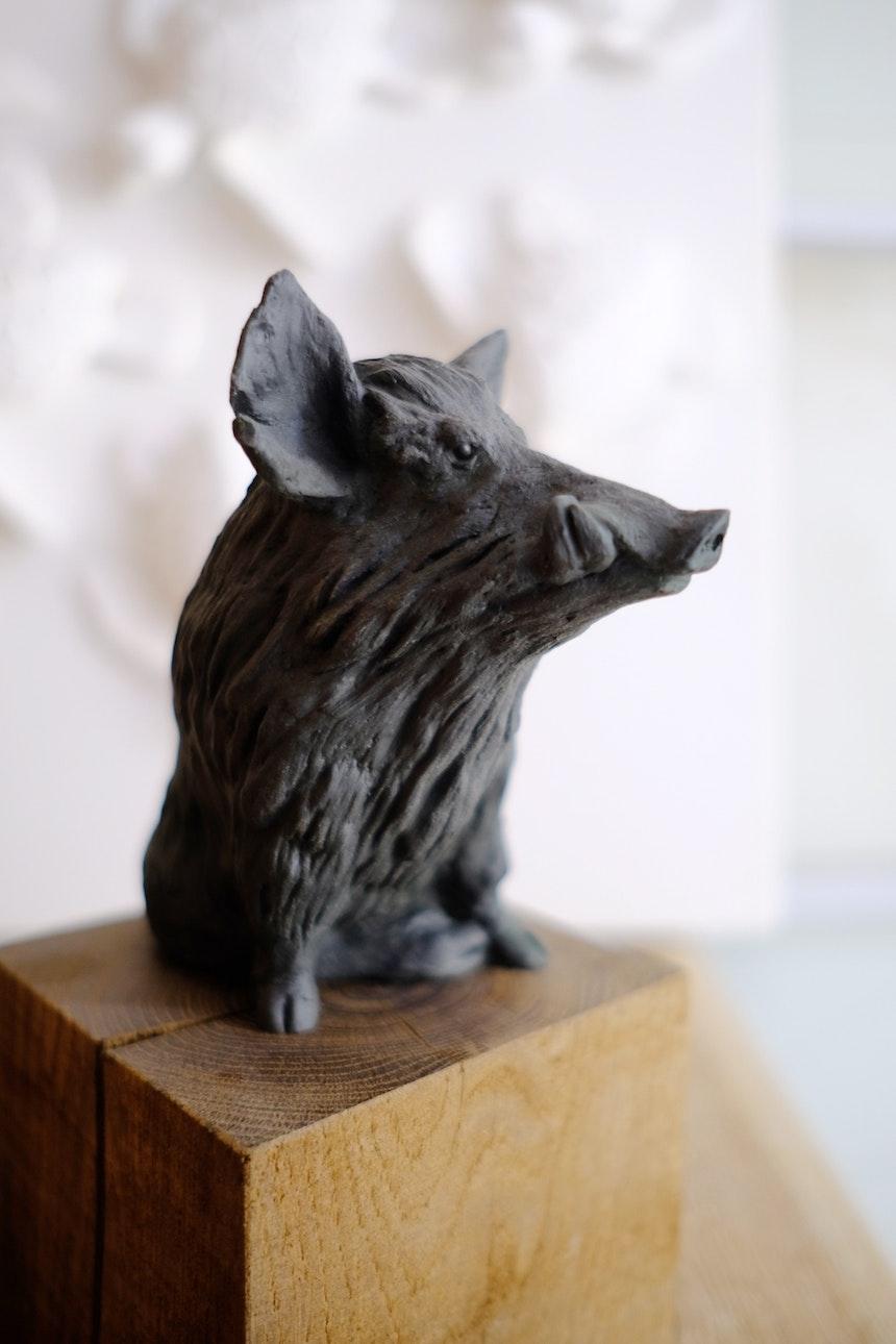 Limitiert auf 60 Exemplare – Der Berliner Schweinebär auf einem Podest aus Eiche