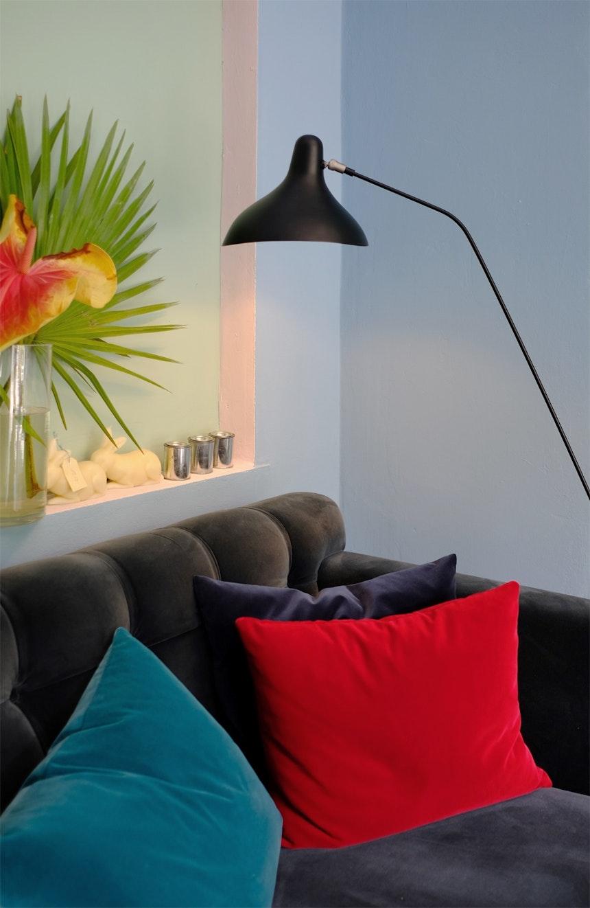 Leuchte Mantis, DCW Editions, Design Bernard Schottlander, Samtsofa von maries' corner, Belgien