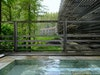 Wie ein liegender Baumstamm fügt sich das von Architekt Matteo Thun gestaltete Hotel in die Natur ein