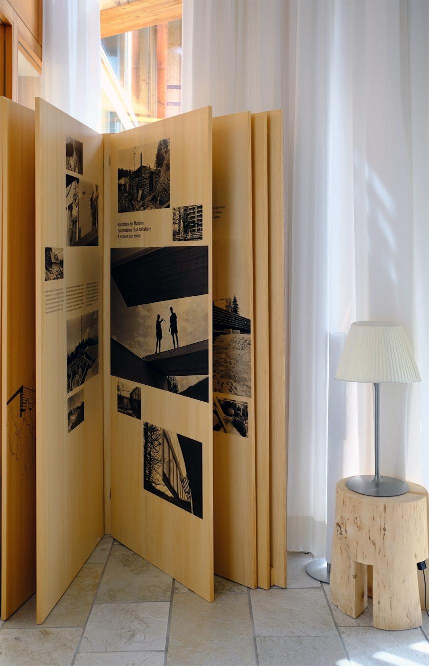 Das zwei Meter hohe Buch aus Holz in der Bibliothek, eine Dokumentation der Bauphase vor 15 Jahren