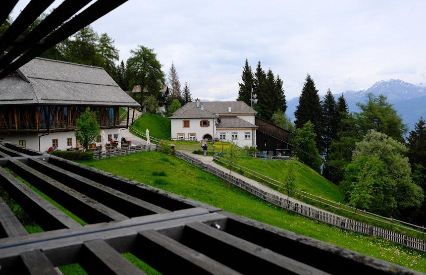 Blick aus dem Fenster – Stube Ida, darüber das Restaurant 1500 & Frühstücksraum, Seilbahnstation