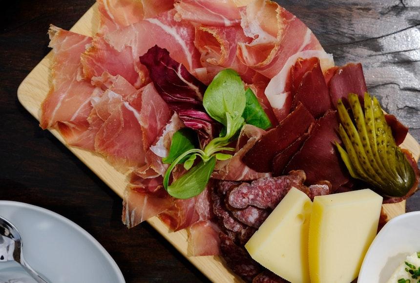 Zwischendurch gibt's Südtiroler Speck, Kaminwurzn und Käse aus der Region