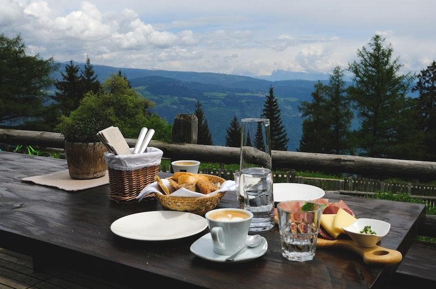 Zur Stube Ida gehört eine große Terrasse mit Blick über das Etschtal bis zu den Dolomiten