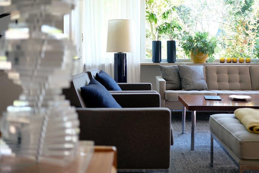 Perfektes Retro Ensemble – Im Wohnzimmer des Erdgeschosses versammeln sich Lotte (Bostlund) Lamp, Florence Knoll-Sitzmöbel, Loden-Sessel und ein gemütlicher Teppich von Kasthall