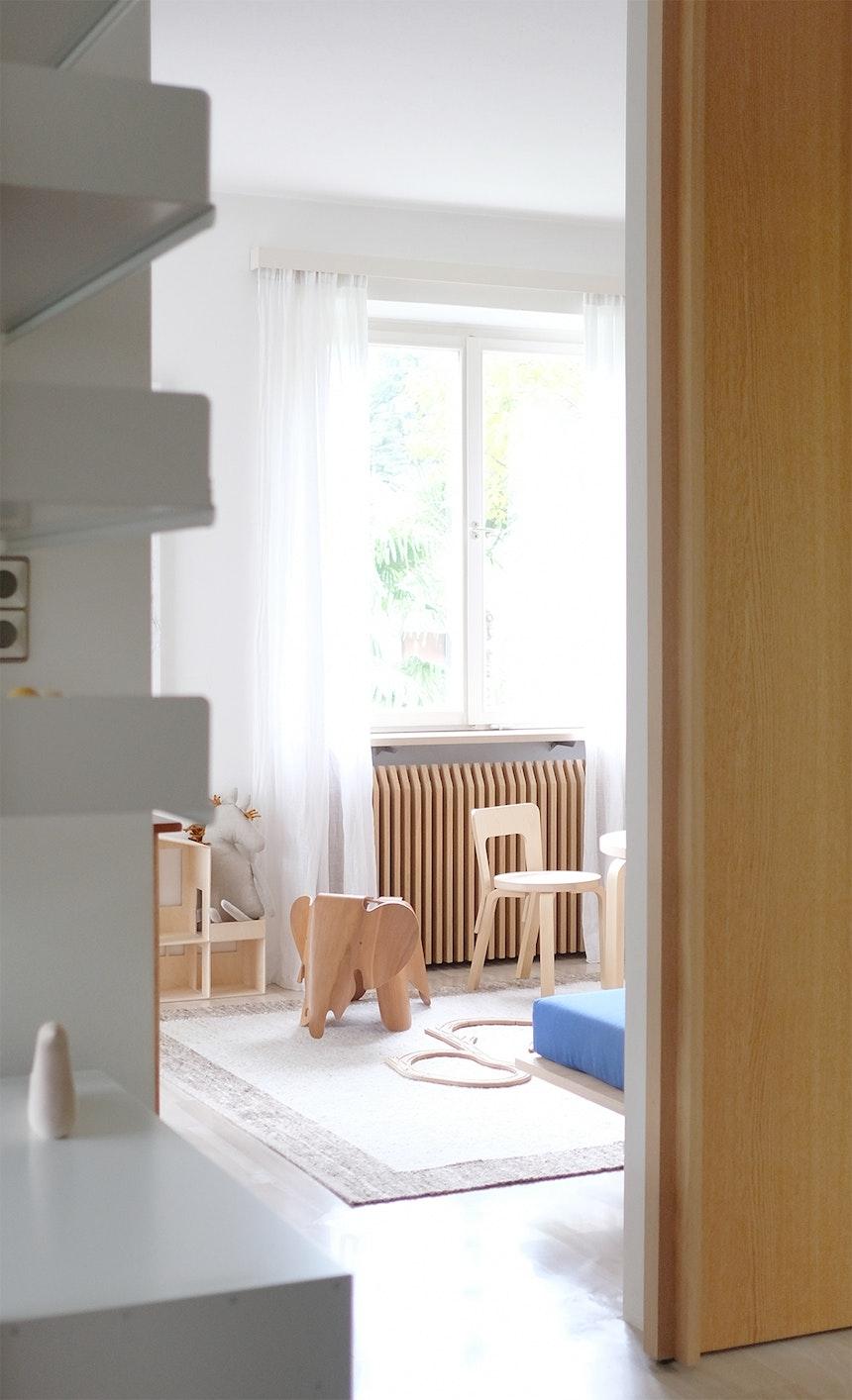 Sonnendurchflutet und mit Elefant – Das Kinderzimmer der Villa Fluggi, eingerichtet mit Möbeln und Accessoires von Artek, Vitra, Svenskt Tenn u.a.