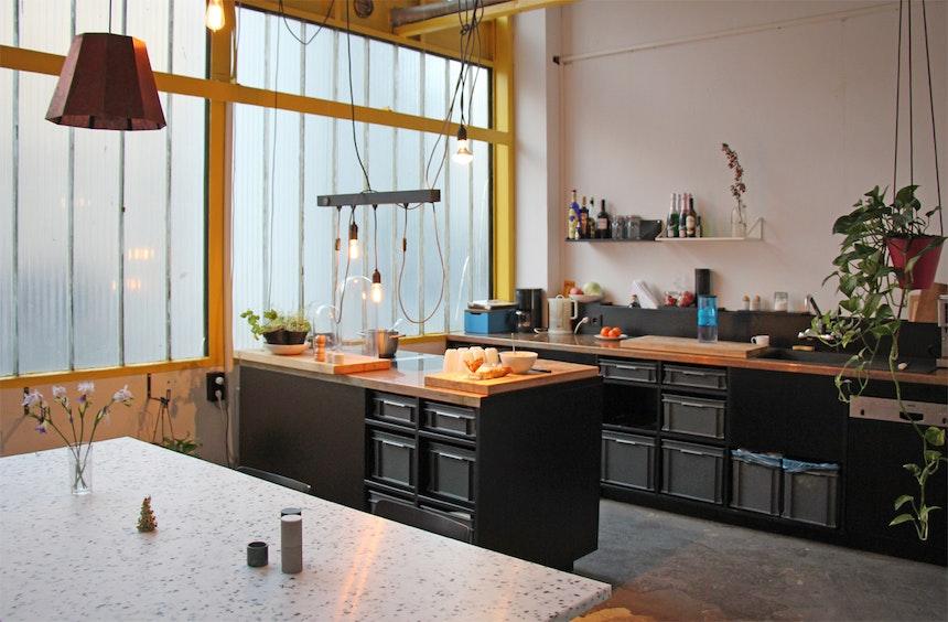 Die Showroom-Küche – Korpus aus lackiertem MDF, Schübe aus Kunststoff-Containern, Kupfer-Arbeitsplatten
