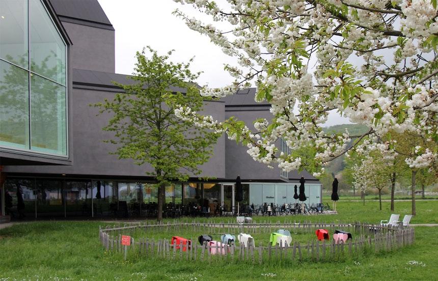 Garten & Spielplatz mit bunten Eames Elephants für die Kinder, Vitra Campus