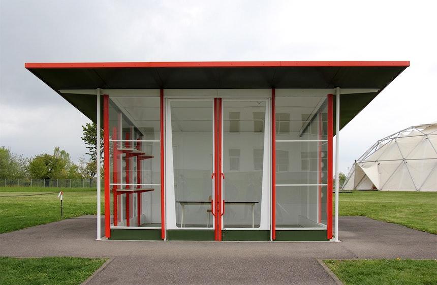 Petrol Station, Jean Prouvé, 1953/2003 und Dome, after Richard Buckminster Fuller 1975/2000 (rechts)